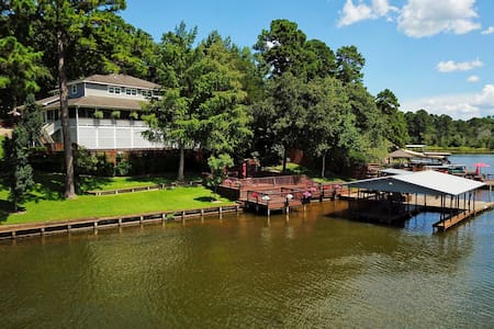 """Lakeside"" Kayaks, dock with boat house, huge porch and much more"