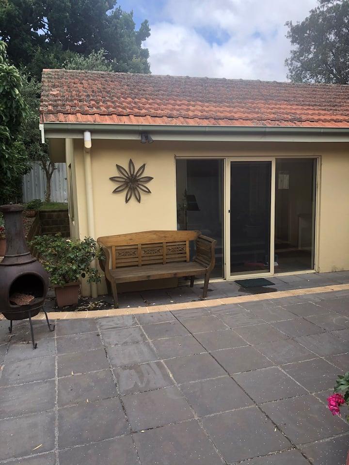 Spacious garden studio-explore Melbourne and relax
