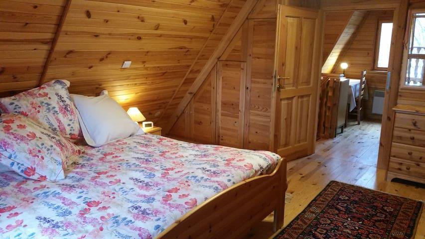 Grande chambre avec balcon et vue sur les montagnes environnantes et le parc. Nombreux rangements. Lit spacieux avec 2 matelas de 90 de largeur  Chambre d'enfants ou d'amis sur le même pallier (2lits) séparée par une porte.