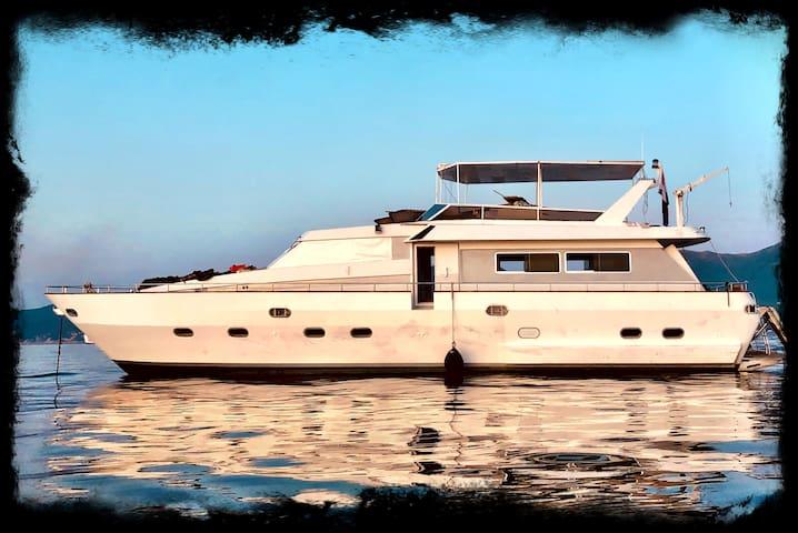 splendida barca nel porto mediceo di portoferraio