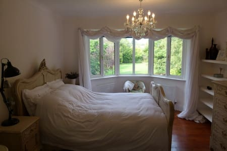 Spacious room with comfy Queen bed in luxury home - Lincoln