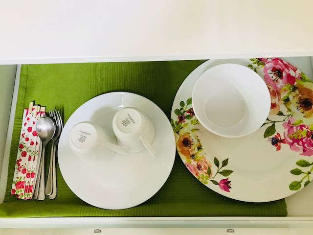 チェスト引出しの中には〜花柄大皿2組、白大皿2組、花柄ボウル2組、スプーン2組、フォーク2組、箸2組を用意してありますので ご自由にお使い下さい。 使用済みのものはキッチンのシンクにおいて下さい。