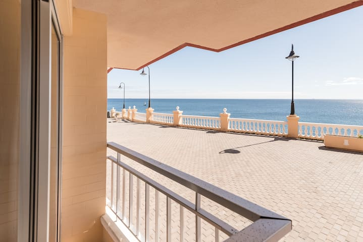 First line apartment with direct view to the sea