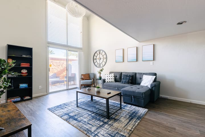 Walk to DT Scottsdale | Parking, King Bed, Laundry