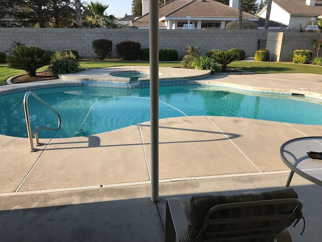 Beautiful home, pool and free wi-fi - Bakersfield - House