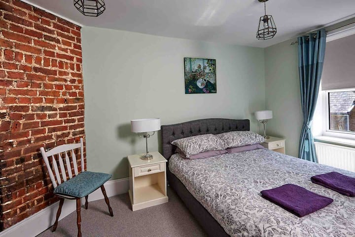 Double en-suite room with shower Number 37 BnB Ash