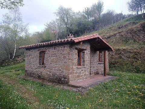 Romantisch stenen huisje met prachtig uitzicht op de bergen