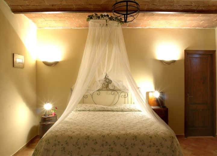 Romantica camera immersa nel verde