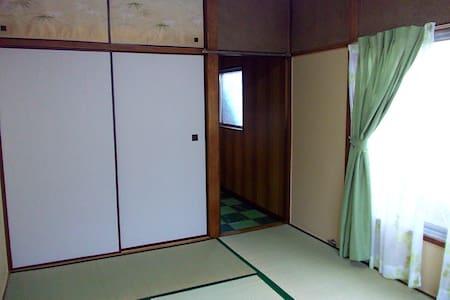 東京2つ布団が敷ける部屋キッチントイレシェアシャワーwifi付きで1泊3千円駅から3分新宿から3駅 - Kita-ku - Apartment
