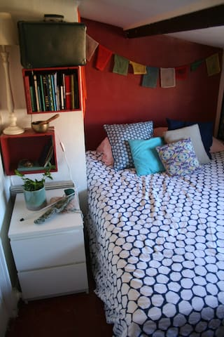 La chambre, avec un lit en 140x200