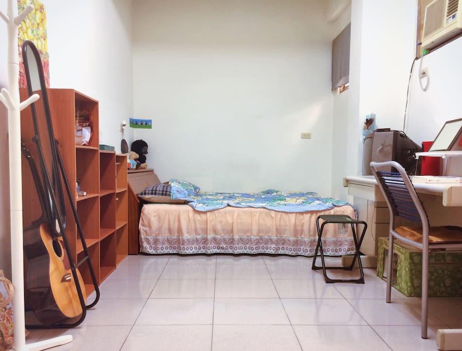 空間寬敞、不壅擠,且有衣櫥及櫃子收納擺放,