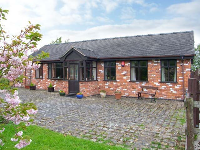 MOLLS COTTAGE, country holiday cottage in Nantwich, Ref 30861
