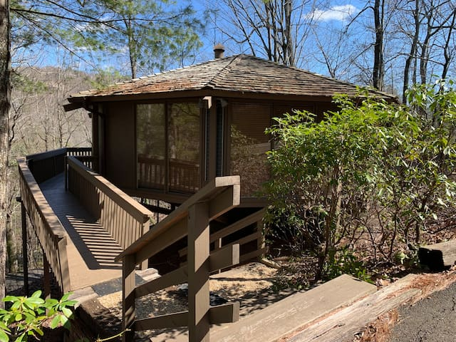 NEW! Serene Cabin in the Treetops