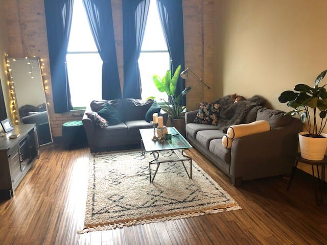 Beautiful Downtown Loft 0.08mi away from Fiserv!