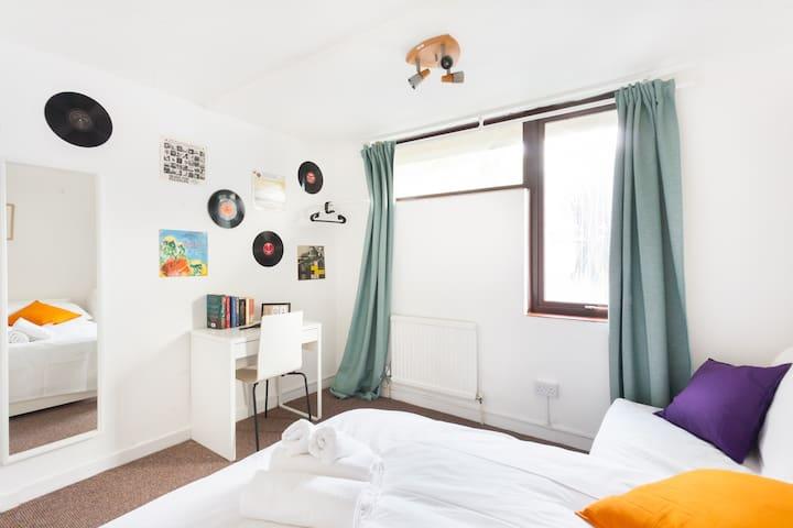 Lovely cozy room on doorsteps Camden Market