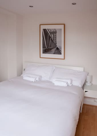 Special double bedroom in Lingwell Road by Allô Housing