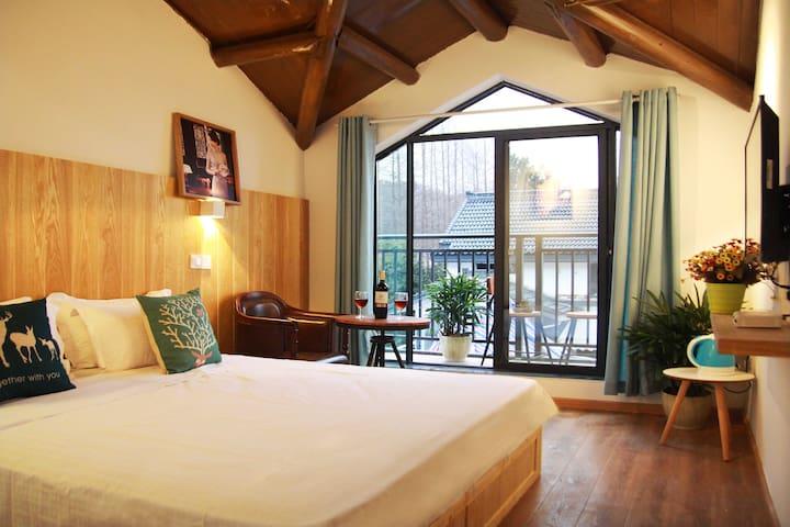正西湖边的山景家庭套房(两室一卫),出门200米就是西湖,两大床可住4人(送200元旗袍摄影优惠卷)