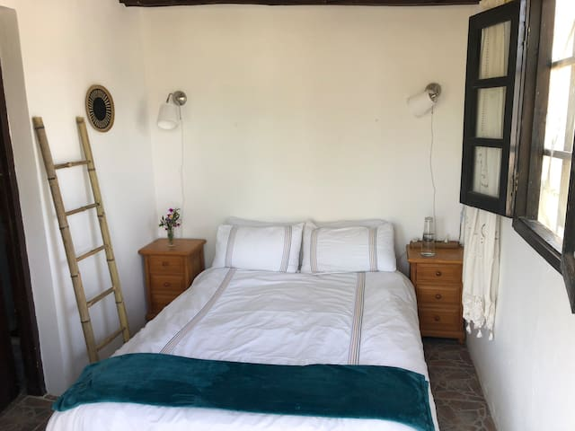 Quaint and cozy room perfect for a single traveler