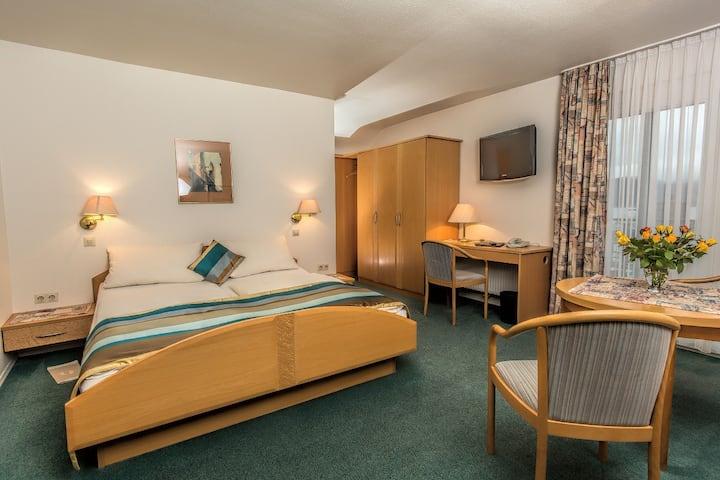 Café Hasler - Hotel Restaurant, (Bodman-Ludwigshafen), Kategorie C/Mehrbettzimmer-Familienzimmer mit Dusche/WC