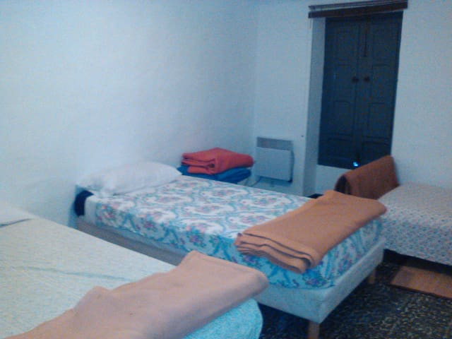 Chambre partagée de 3 lits dans maison de village - Turís