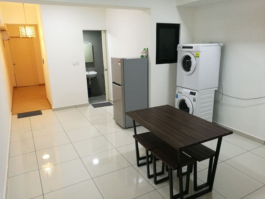 Kitchen, fridge, washer with separate dryer, dining table for 4