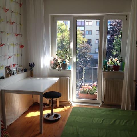 Süßes Zimmer in netter Wohnung im Herzen Berlins