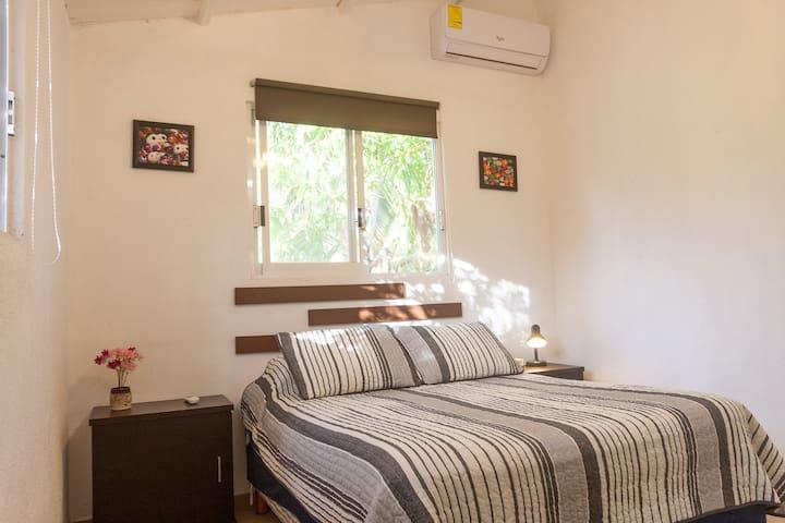 Recámara #2 con aire acondicionado y ventilador de techo - cama matrimonial