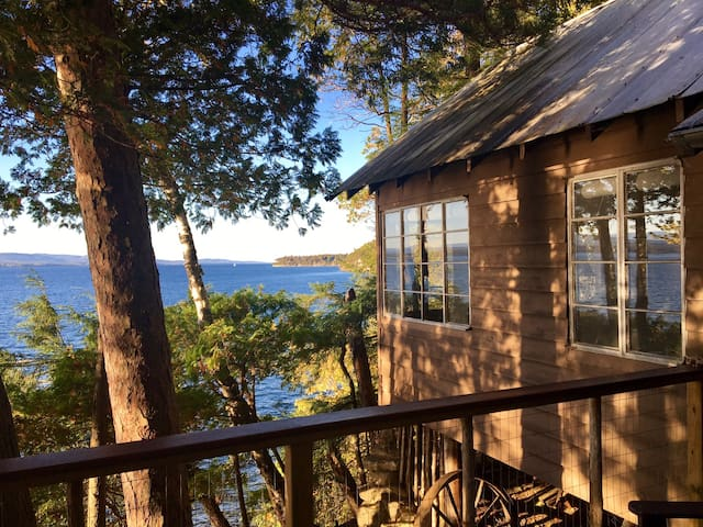 Rustic, roomy Lake Champlain cabin, Thompson's Pt