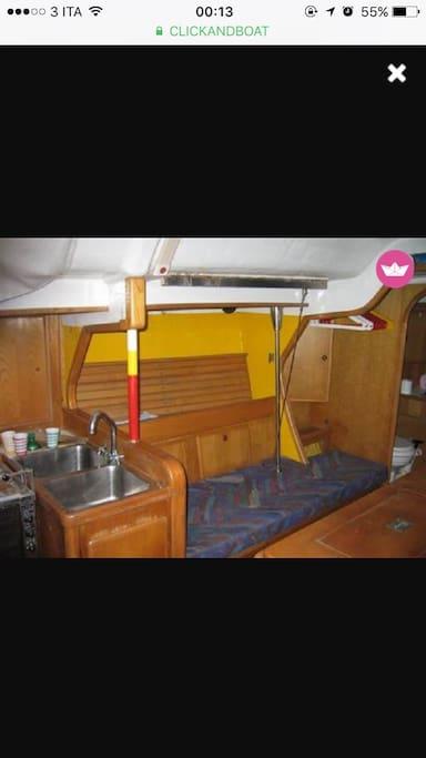 Cucna   tre fuochi, con due lavelli e frigo boat + posto letto in dinette lato sinistro.