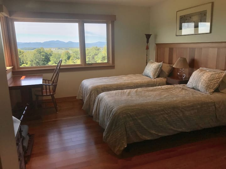 Julie's Place: South Guest Room with En Suite Bath