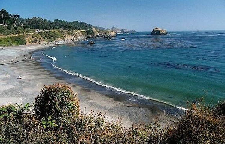 Mendocino Getaway! Two Minutes to The Beach!