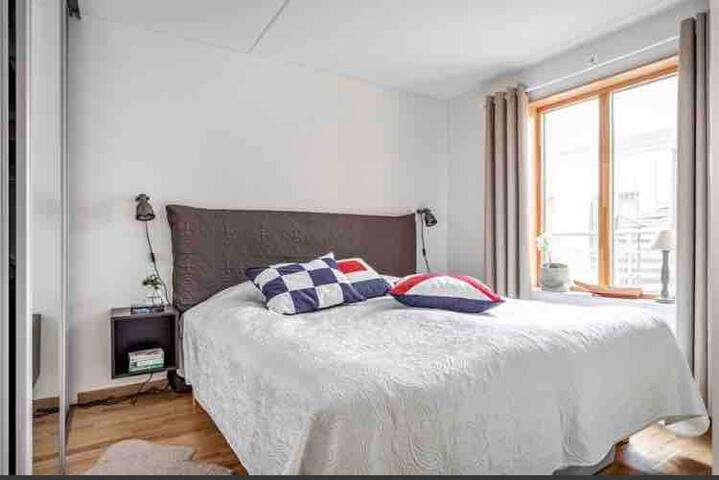 Dubbelsäng i sovrummet. Här finns också en skjutgarderob för förvaring.