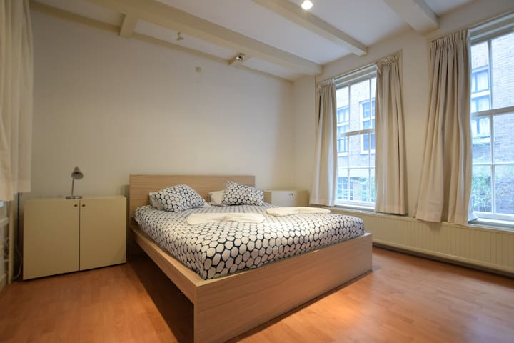 Private ground floor, canal room in City Centre - Amsterdam - Flat