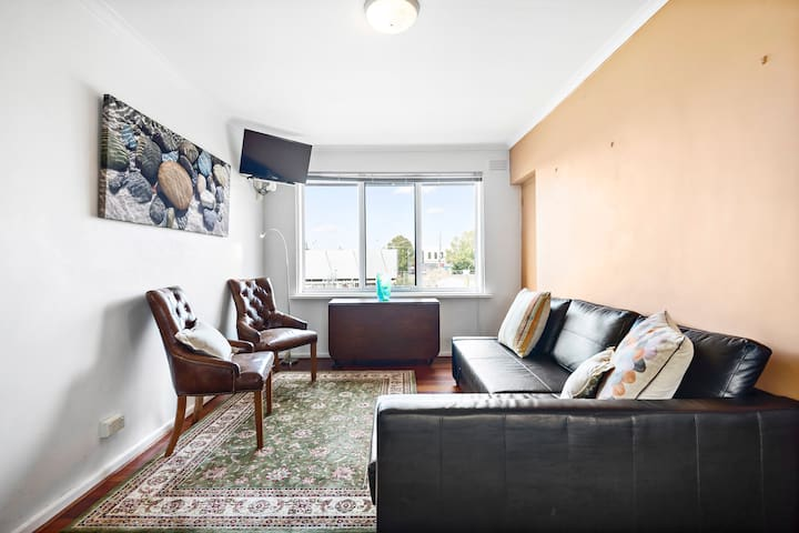 ★NORTH FITZROY★ Cosy & Bright 1BD + Parking