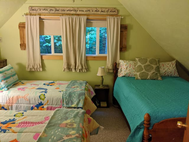 'Spring' Bedroom, Two Twin Beds and a Double