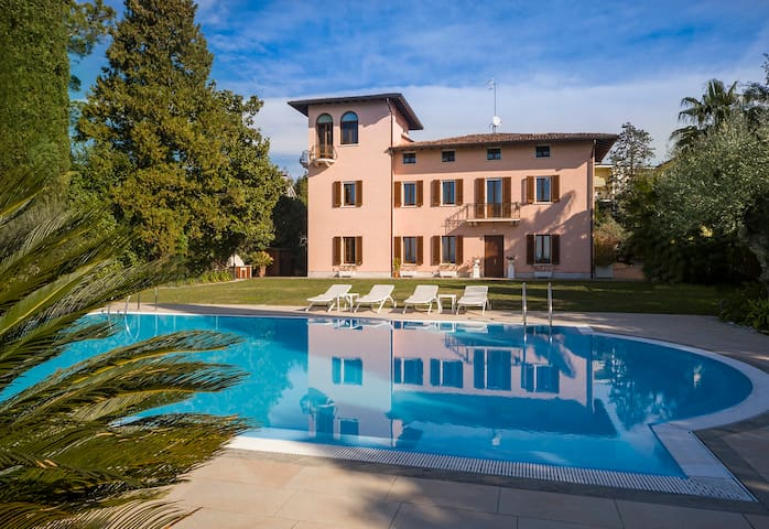 Luxury Villa lakefront Sirmione old town