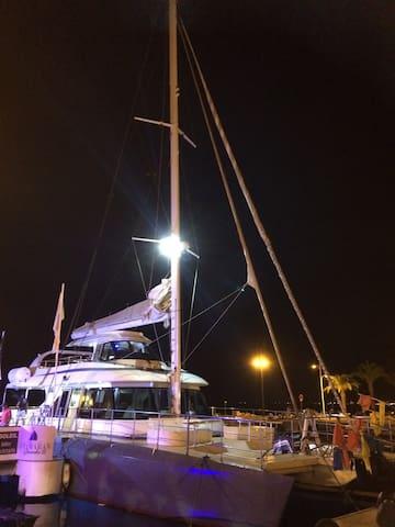 Embarquez en catamaran pour visiter les marinas de Port-Camargue de nuit pour seulement 5 euros!