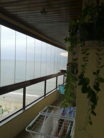 Apartamento beira mar, duas suítes mais um quarto!