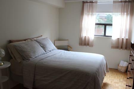 Sunny & Spacious Retreat near Queen West - Toronto - Condominium