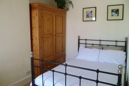 Airy and calm double room. Excellent airport links - Bristol