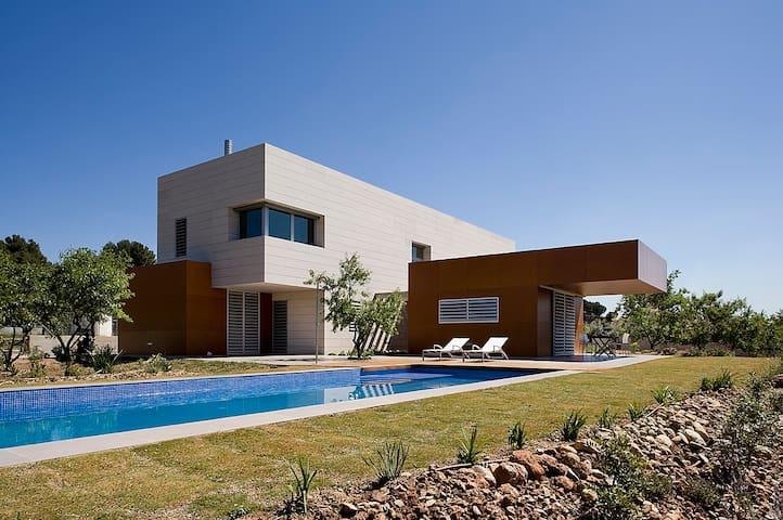 Casa amplia, moderna con jardín y piscina privados - Viladecavalls