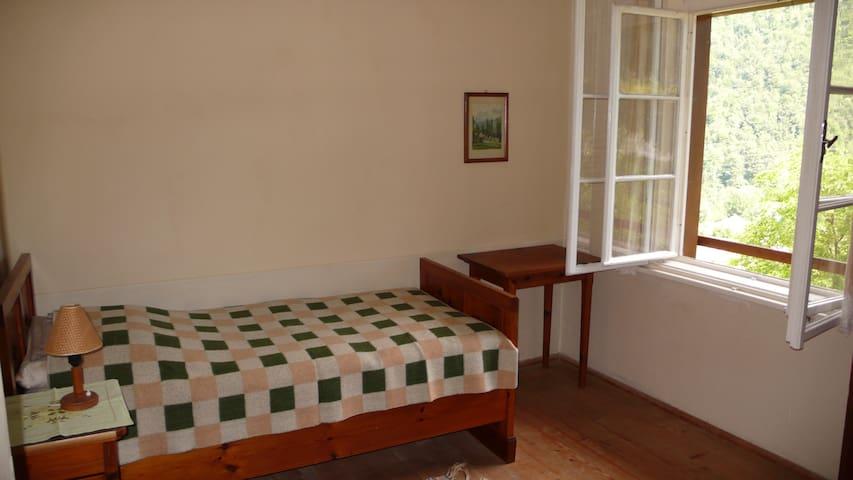 Sehr ruhiges und gemütliches Zimmer mit fliessend Kalt- und Warmwasser. Die Möblierung besteht aus Zirbenholz und neue Matratzen sorgen für einen erholsamen Schlaf.