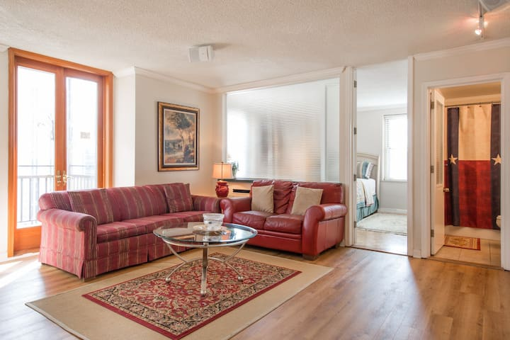 Contemporary Unit, Central Downtown High-rise!