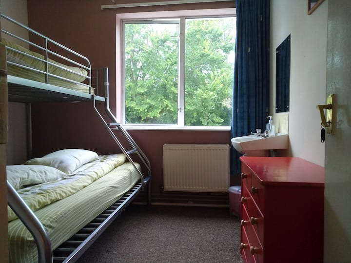 Cosy 2-bed Private room at friendly Kinsale Hostel