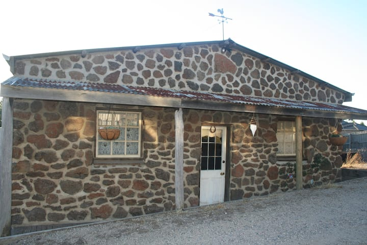 Unique & rustic stone cottage, near Sovereign Hill