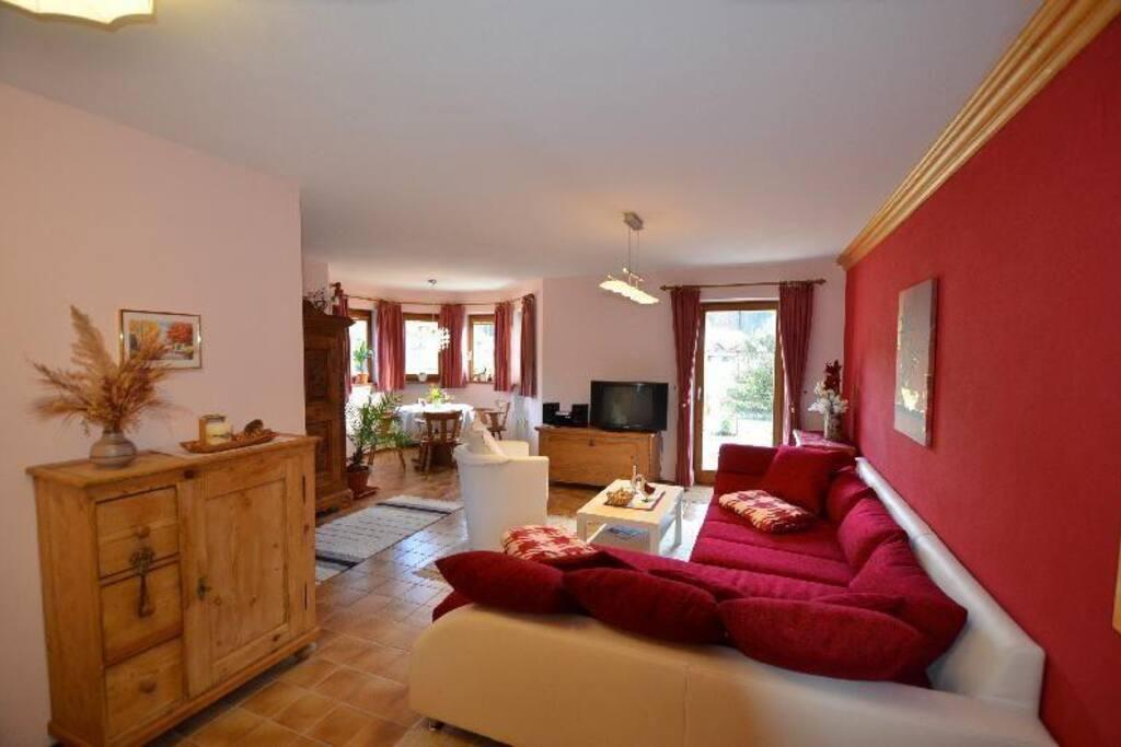 Wohnzimmer mit großem, bequemen Sofa und Ausgang zur Terrasse.