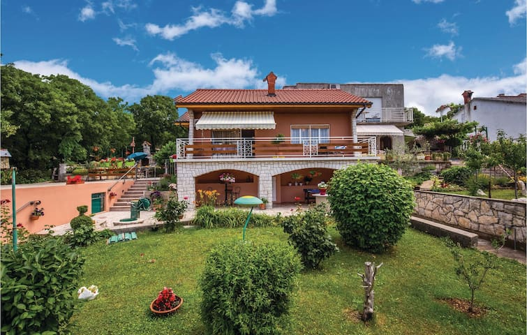 Semi-Detached with 1 bedroom on 60m² in Smrika