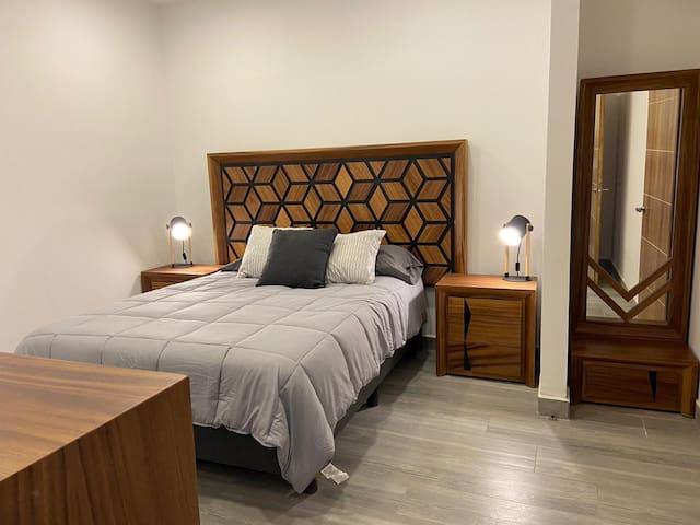 Guest bedroom with queen size bed  / Recámara de huéspedes con cama queen.