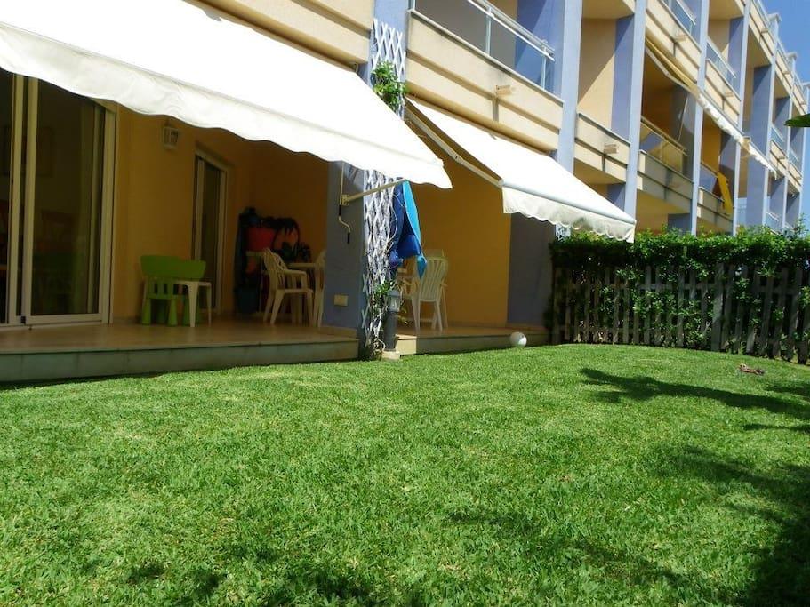 Una terraza y un jardin de uso privado donde comer, cenar, jugar...