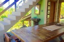Porta do lavabo e escada para suite master